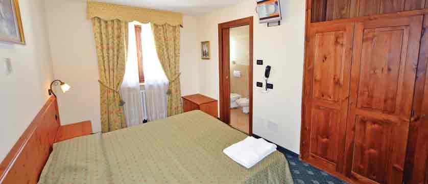italy_milky-way-ski-area_sauze-doulx_hotel-hermitage_bedroom2.jpg
